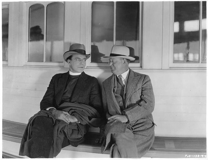 Le réalisateur Harold Shaw et House Peters discutent, assis, sur le tournage du film 'Held to answer' d'Harold Shaw (Metro Picture)
