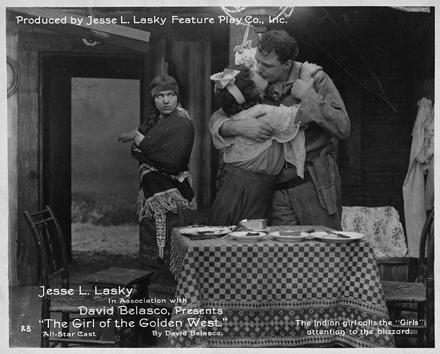 Une indienne prévenant un couple qui s'embrasse de l'arrivée du blizzard : House Peters dans le rôle de Ramerrez et Mabel Van Burel dans 'Girl of the girl west' de Cecil Blount DeMille (Jesse L. Lasky Feature Play Co., INC)