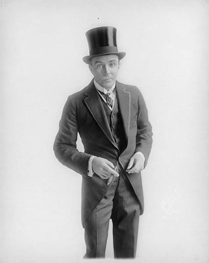 Portrait de House Peters portant un chapeau haut-de-forme et un cigare