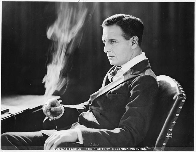 Conway Tearle jouant Caleb Conover est assis dans un fauteuil et fume une cigarette dans 'The fighter' d'Henry Kolker (Selznick Pictures)