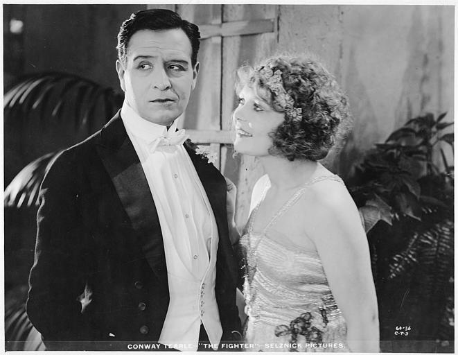 Winifred Westover dans le rôle de Dey Shevlin souriant à Conway Tearle, en costume, dans le rôle de Caleb Conover dans 'The fighter' d'Henry Kolker (Selznick Pictures)