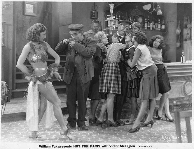 Des personnages joyeux dans un bar dont Victor McLaglen dans le rôle de John Patrick Duke dans 'Hot for Paris' de Raoul Walsh (William Fox)
