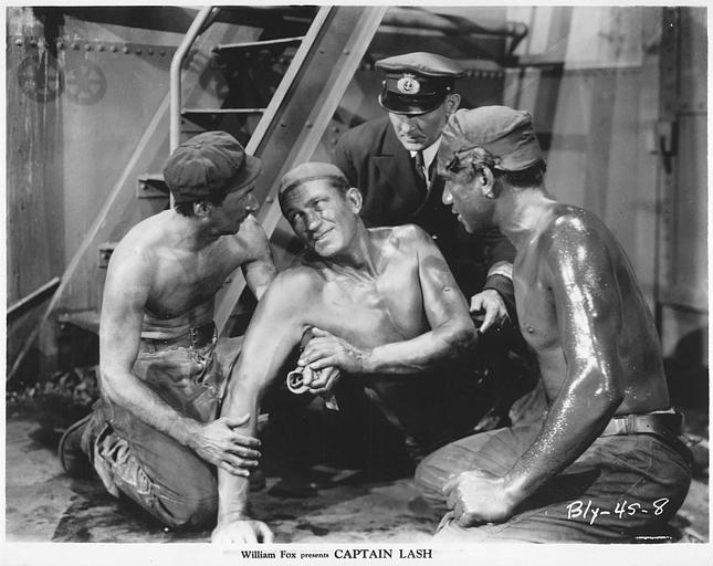 Victor McLaglen est le Capitaine Lash, entouré de trois hommes, au sol dans la cale d'un bateau, au pied d'un escalier métallique dans 'Captain Lash' de John-G. Blystone (William Fox)