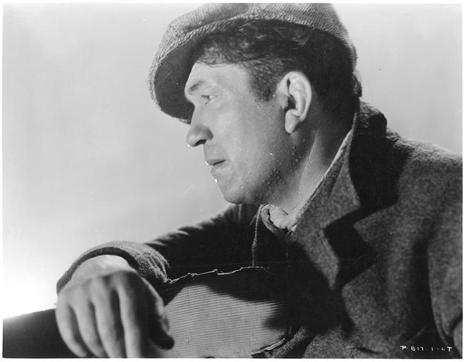 Visage de Victor McLaglen qui joue Gypo Nolan, de profil, avec une casquette dans 'The informer' de John Ford (RKO-Radio)