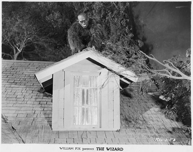 George Kotsonaros joue le gorille, ici sur sur un toit dans 'The wizard' de Richard Rosson  (William Fox)