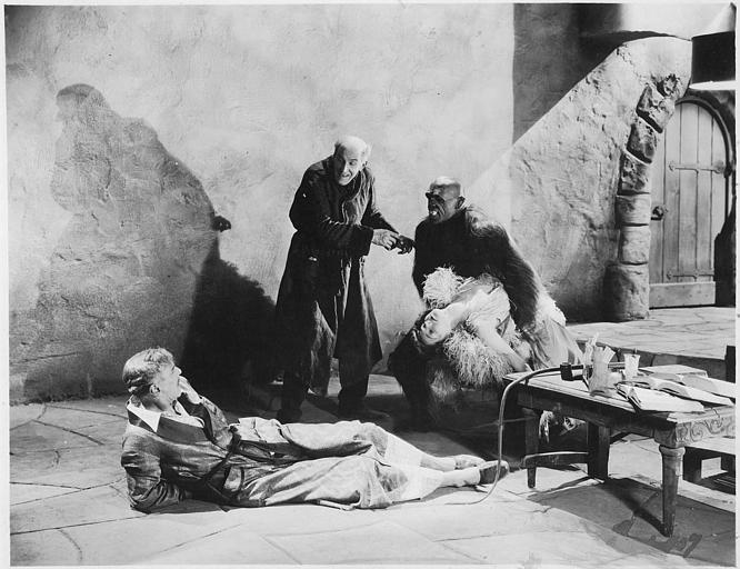 Dans une cave, une femme évanouie dans les bras de George Kotsonaros qui joue le rôle d'un gorille tandis que deux hommes assistent à la scène dans 'The wizard' de Richard Rosson (William Fox)