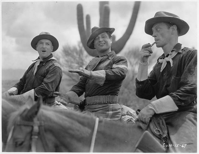 Edmund Lowe dans le rôle du sergent Mickey Dunn, Frederic Burt dans celui du sheriff Tex Ransom et James Bradbury Jr qui joue Dixon, chevauchent côte à côte dans le désert :  dans 'The Cisco Kid' (Fox Picture)