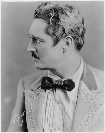 Portrait d'Edmund Lowe avec une moustache de profil (William Fox Photoplay)