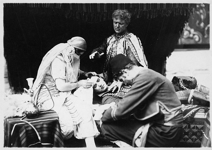 Herbert Rawlinson allongé, entouré de trois personnages tentant de le soigner