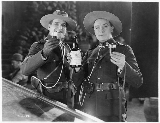Deux soldats se servant un verre d'alcool dans 'The man thou Gavest me' (Metro Picture)