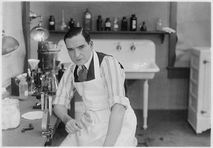 Earle Williams, pensif, dans un laboratoire