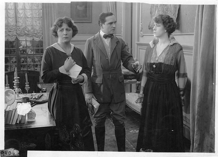 Dans un bureau, Earle Williams debout entre Ethel Gray-Terry et une autre femme