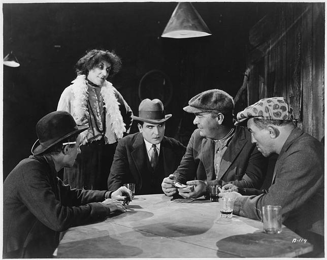 Dans un tripot, quatre hommes jouant aux cartes en présence d'une femme : Earle Williams dans le rôle de Ramón Martinez, Bull Montana dans celui de Portland Kid et Emily Fritzroy interprétant Amaryllis dans 'Jealous Husbands' de Maurice Tourneur