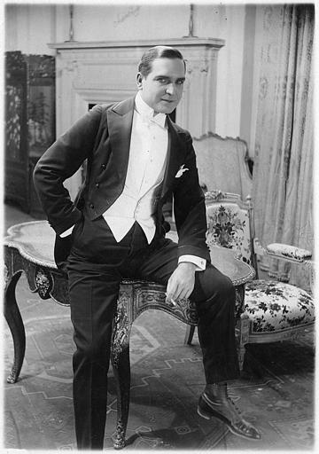 Portrait d'Earle Williams assis sur une table de salon