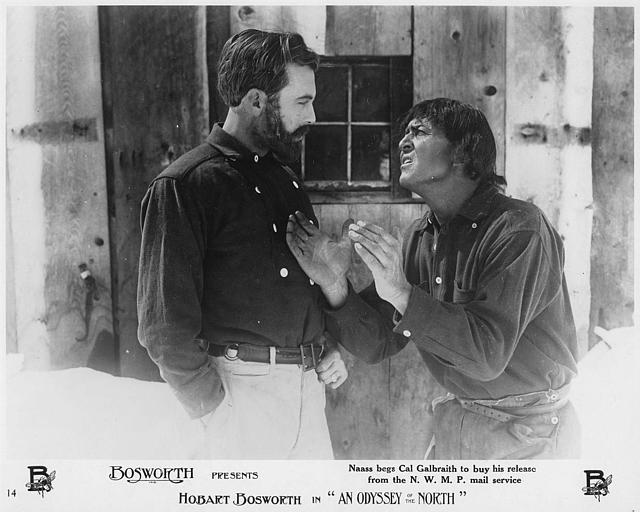 Un homme en suppliant un autre qui porte une barbe : Hobart Bosworth jouant Naass dans 'An odyssey in the North' d'Hobart Bosworth  (Bosworth Inc)