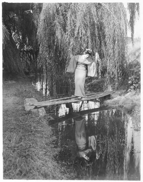 O-Riu (V. Dana) traversant un ruisseau sur une passerelle