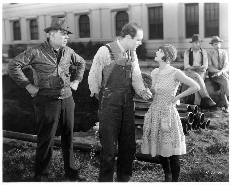 Une jeune femme parlant à un homme sur un chantier