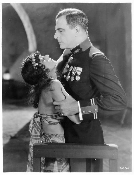 Un lieutenant de la Légion étrangère (M. Sills) éprouvant une attirance pour la fille d'un chef (V. Dana)