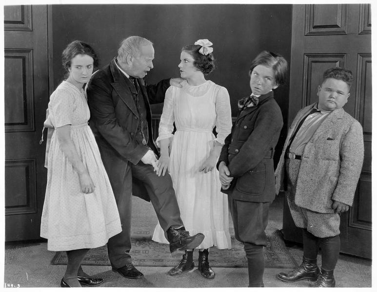 Un vieil homme montrant à Martha Mason (V. Dana) son lacet défait