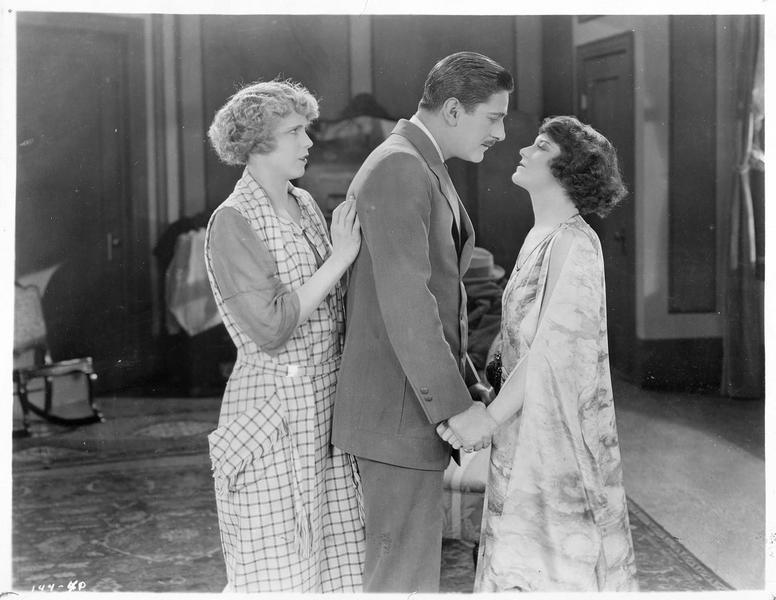 Buddy Wayne (A. Forrest) et Martha Mason (V. Dana) s'apprêtant en s'embrasser en présence de Leila Wayne (B. Francisco)
