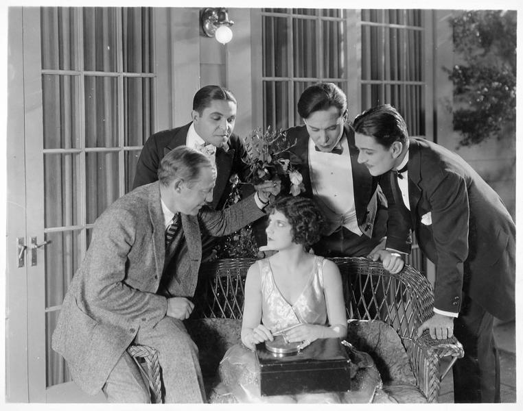 Quatre hommes se penchant sur Martha Mason (V. Dana)