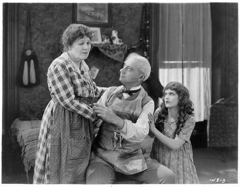 Norah MacPherson (V. Dana) et un couple âgé