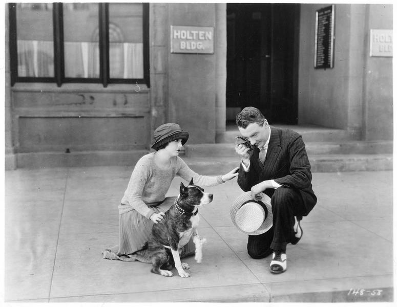 Norah MacPherson (V. Dana) et James Patterson III (T. Moore) avec un chien dans la rue
