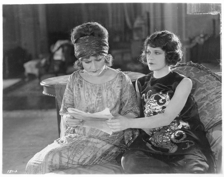 Babs Van Buren (V. Dana) et Connie Grant (E. Flugrath) lisant un document