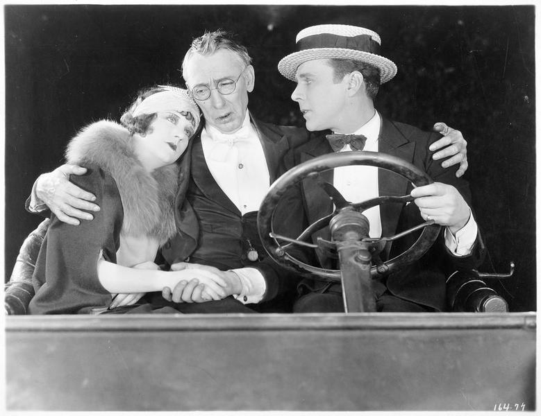 Ruth Ambrose (V. Dana), Allan Hubbard (R. MacKee) et Israel Hubbard (T. Marshall) dans une voiture