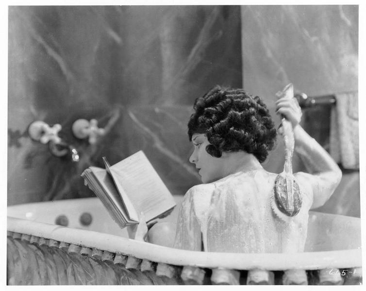 Thérèse Duverne (V. Dana) lisant dans son bain
