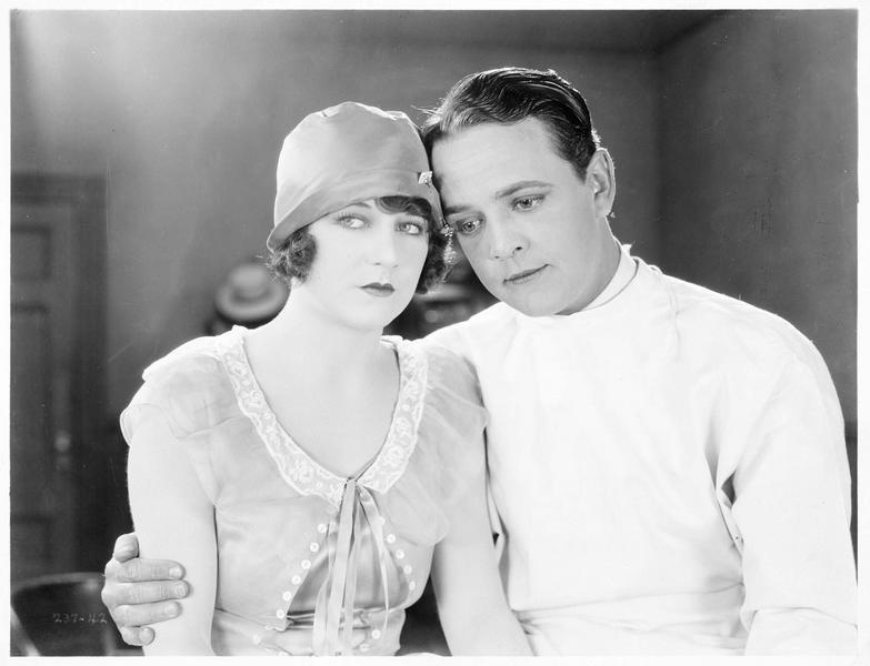Minette Bunker (V. Dana) et le Dr. Lawrence Tibbits (R. Agnew)