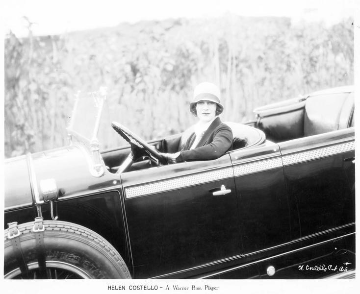 Portrait d'Helen Costello au volant d'une voiture