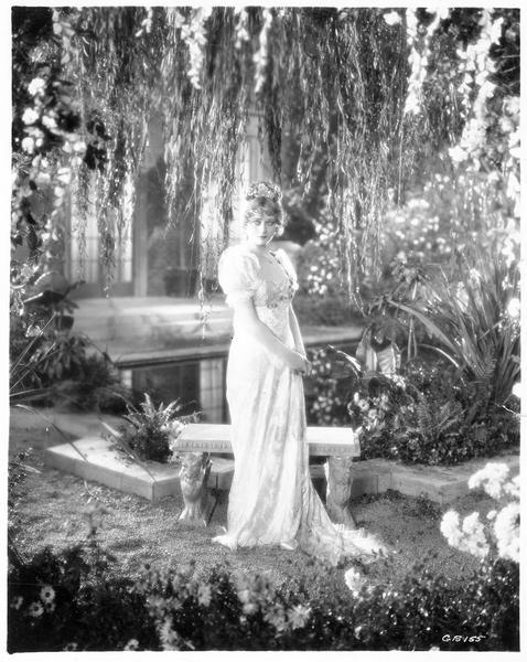 Betsy Patterson (D. Costello) dans un parc