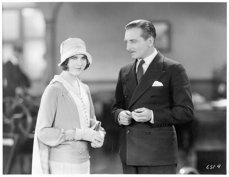 Un homme regardant une femme élégante