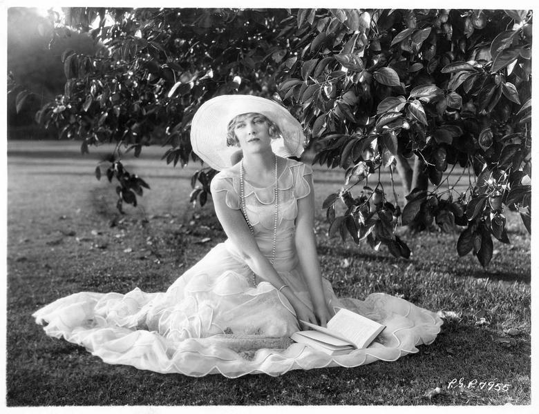 Portrait de Esther Ralston dans un parc