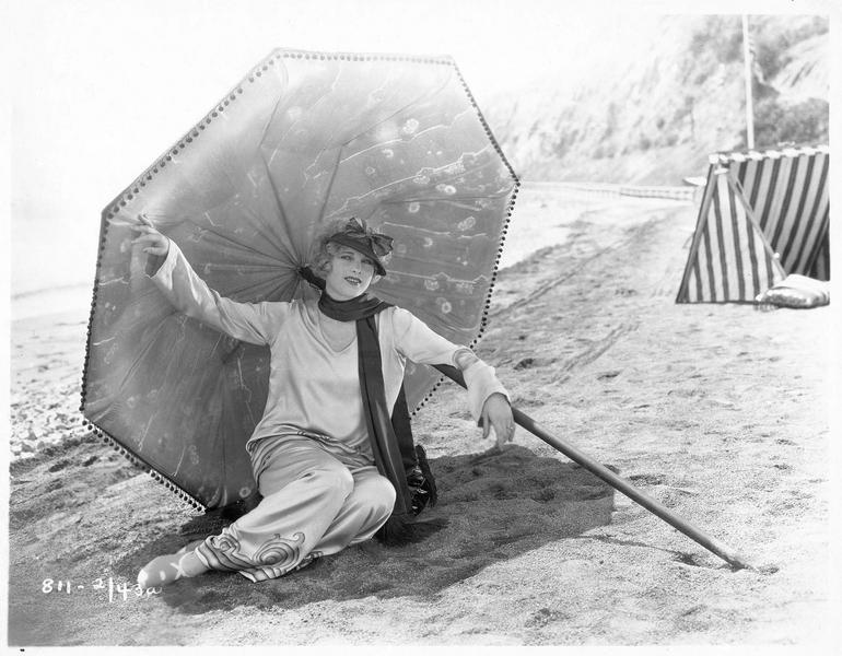 Portrait de Esther Ralston sur la plage