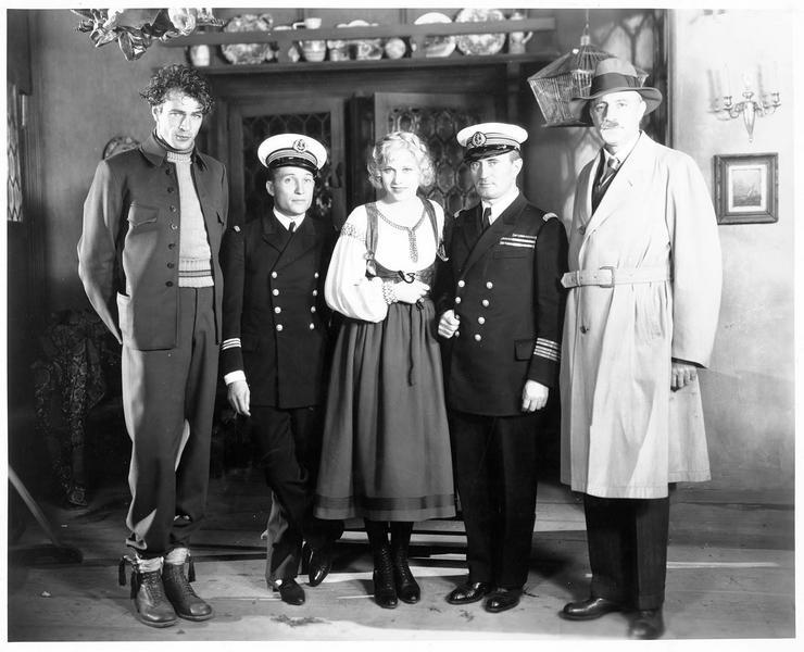 Esther Ralston et Gary Cooper entraînant des officiers de marine français dans les studios de la Paramount