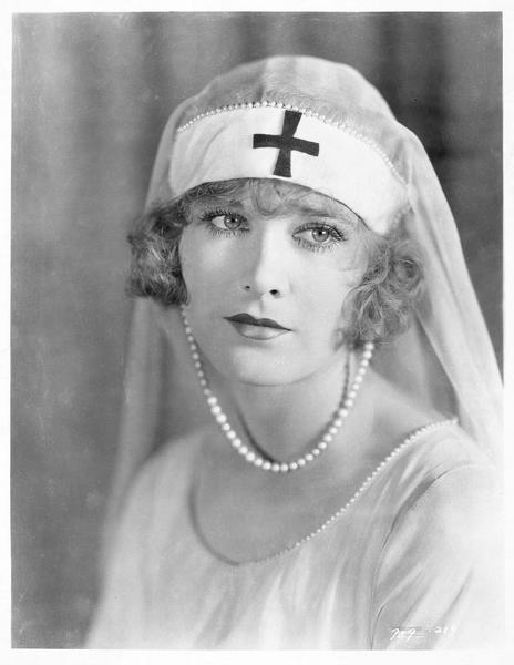 Cynthia Mason (E. Ralston) en costume d'infirmière