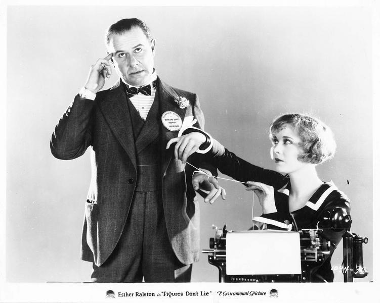 Janet Wells (E. Ralston) devant sa machine et écrire et Howard Jones (F. Sterling)