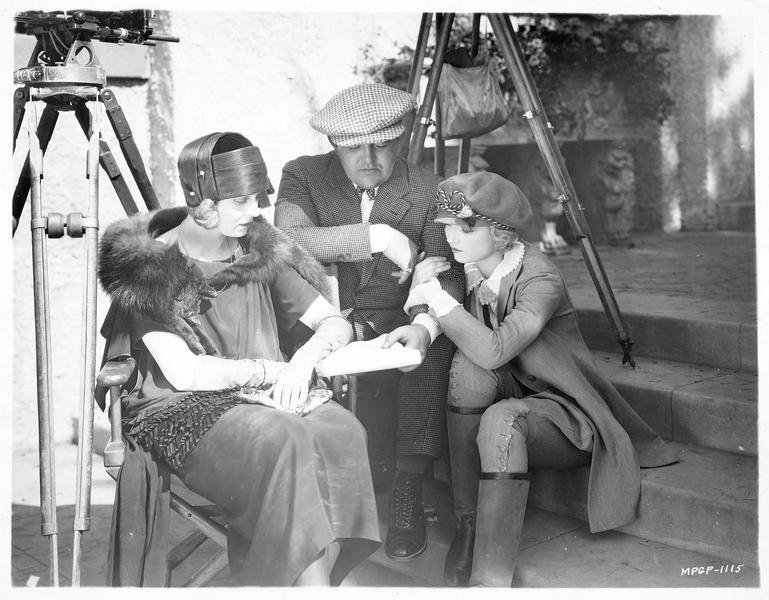 Jane et Eva Novak lors du tournage du film 'The Man Life Passed By', écoutant le réalisateur Victor Schertzinger
