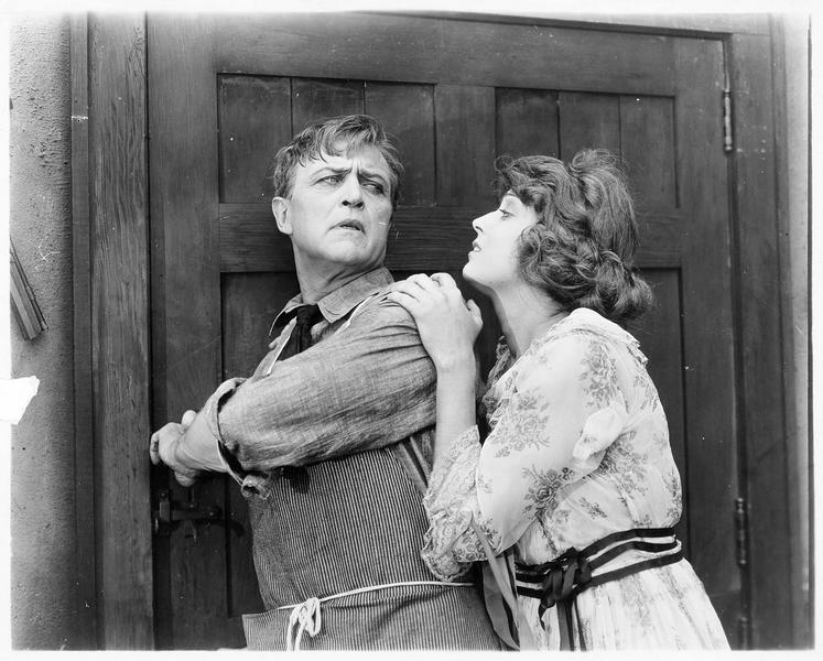 Alice Morse (J. Novak) retenant Oscar Krug (H. Bosworth) par l'épaule
