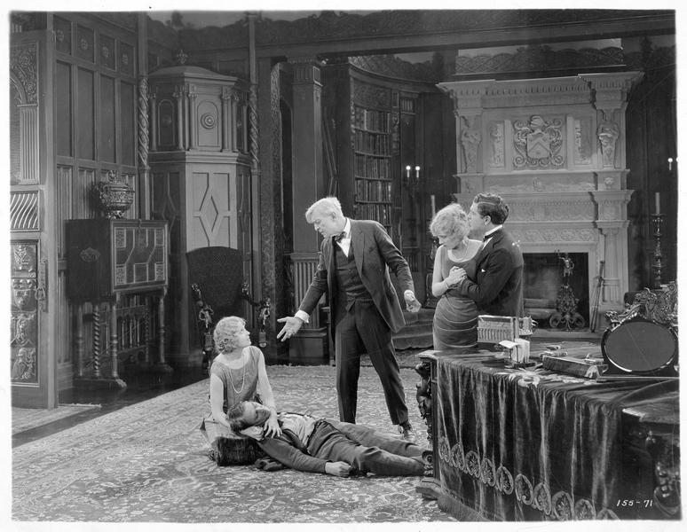 John Turbin (P. Marmont) gisant au sol, la tête posée sur les genoux de Hope Moore (J. Novak).