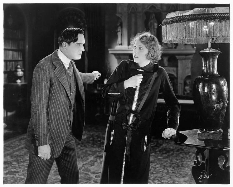 Un homme (E. Williams) en colère après une femme (J. Novak)