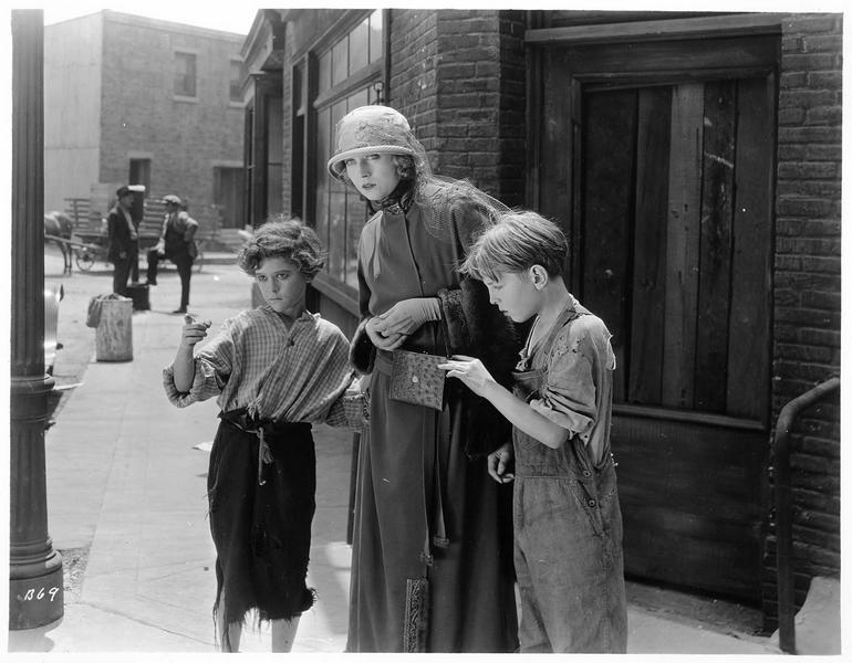 Une femme (J. Novak) et deux enfants, dans la rue