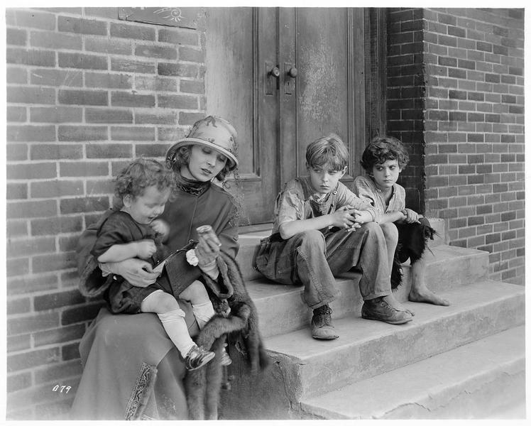 Une femme (J. Novak) et des enfants, dans la rue