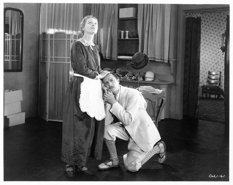 Un homme agenouillé (G. Glass) devant la domestique (J. Novak)
