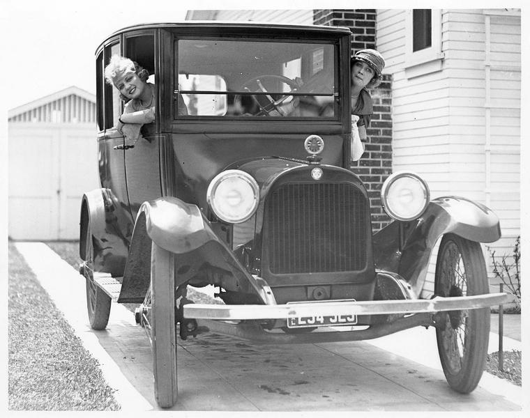 Eva et Jane Novak dans une voiture
