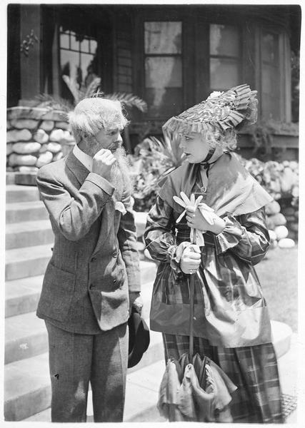 Une jeune femme (W. Westover) et un homme portant une fausse barbe et une perruque