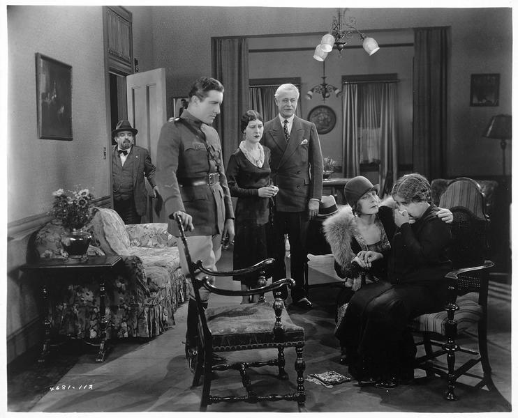 De gauche à droite : Mr. Levine (G. Sidney), Phil Levine (G. J. Lewis), Beth Levine (P. R. Miller), Hugh Bradleigh (J. Boles), Mrs. Bradleigh (K. Williams) et Mrs. Levine (B. Mercer)