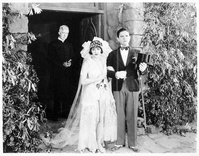 Les mariés sortant de l'église, suivi du pasteur